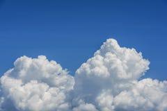 Witte wolken op de blauwe hemel Stock Afbeeldingen