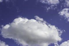 Witte wolken op een blauw in de middag Stock Foto's