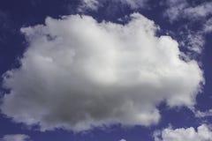 Witte wolken op een blauw in de middag Stock Afbeeldingen