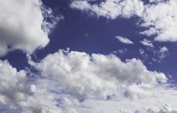 Witte wolken op een blauw in de middag Stock Afbeelding
