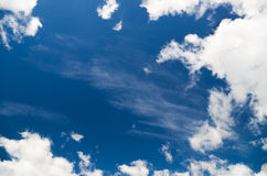 Witte wolken over blauwe hemel Royalty-vrije Stock Foto