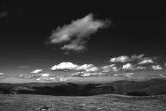 Witte wolken over de heuvels Stock Afbeeldingen