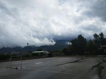 Witte wolken over het bos royalty-vrije stock fotografie