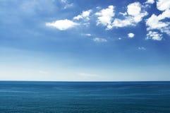 Witte wolken over het overzees Royalty-vrije Stock Afbeeldingen