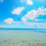 Witte wolken over het strand van La Pelosa Stock Afbeeldingen