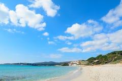 Witte wolken over het strand van Le Bombarde Stock Afbeelding