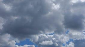 Witte wolken tegen blauwe hemel stock video