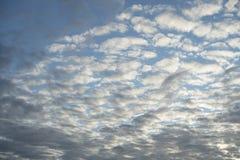 Witte wolken tegen de blauwe hemel stock foto's