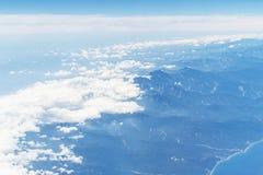 witte wolken tegen het blauw overzees van hemelbergen en strand, hoogste hoogste mening Stock Afbeelding