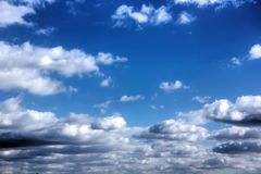 Witte Wolken Zonnige dag Royalty-vrije Stock Foto's