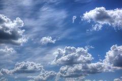 Witte Wolken Zonnige dag Stock Afbeeldingen