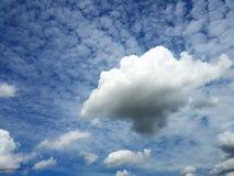 Witte wolkenachtergrond op blauwe hemel Stock Foto