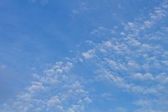 Witte wolkenvlotters op de blauwe hemel Royalty-vrije Stock Fotografie