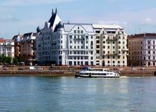 Witte Woningbouw langs de Donau in Boedapest Royalty-vrije Stock Fotografie