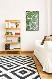 Witte woonkamer met boekenkast royalty-vrije stock foto