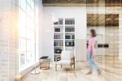 Witte woonkamer met een gestemde boekenkast stock foto's