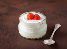 Witte yoghurt in glaskom met lepel en starwberries op plattelander Royalty-vrije Stock Fotografie