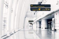 Witte zaal bij luchthaven - moderne architectuur Stock Afbeelding