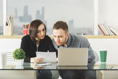 Witte zakenman en vrouw die aan project werken royalty-vrije stock foto