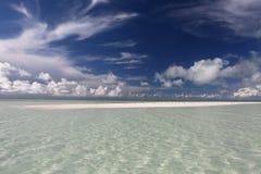Witte zandige vlakte in lagune Stock Foto's