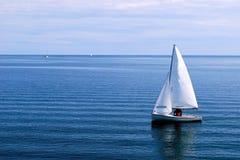 Witte Zeilboot in de blauwe Oceaan Royalty-vrije Stock Afbeelding