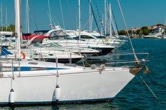 Witte zeilboot in de haven Stock Afbeelding