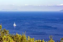 Witte zeilboot in het overzees De achtergrond van de zomeraard royalty-vrije stock foto