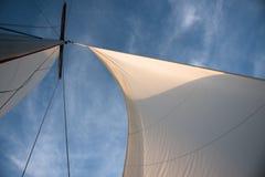 Witte zeilen tegen blauwe hemel Stock Foto's