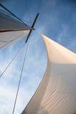 Witte zeilen tegen blauwe hemel Stock Fotografie