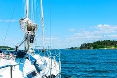 Witte zeilen van jachten op achtergrondoverzees en hemel royalty-vrije stock foto