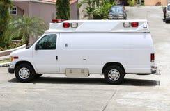 Witte ziekenwagen in de straat royalty-vrije stock afbeeldingen