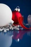 Witte, zilveren en rode Kerstmisornamenten op donkerblauwe achtergrond Royalty-vrije Stock Foto's