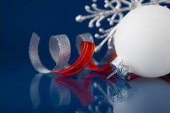 Witte, zilveren en rode Kerstmisornamenten op donkerblauwe achtergrond Stock Afbeelding