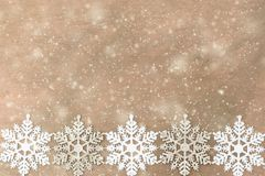 Witte, zilveren Sneeuwvlokken op de houten achtergrond stock foto