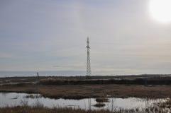 Witte zon in de koude de herfsthemel over rivieren en meren travelling tundra stock fotografie