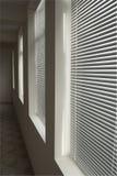 Witte zonneblinden in donkere gang in perspectief Stock Foto's