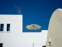 witte zonparaplu in Oia, Santorini Griekenland Royalty-vrije Stock Fotografie