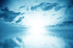 Witte Zonsondergang over Blauwe Overzees Royalty-vrije Stock Foto