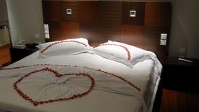 Wittebroodswekenbed, de decoratie van de hotelruimte, slaapkamer binnenlands ontwerp voor huwelijk stock video