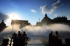 Wittelsbach喷泉在日落的正方形中心, Stachus喷泉的游人在慕尼黑 免版税库存照片