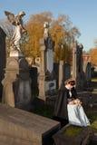 Witwe im Friedhof lizenzfreies stockbild