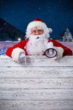 Święty Mikołaj wskazuje w puste miejsce znaku Zdjęcia Royalty Free