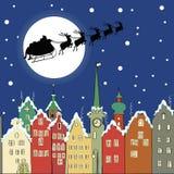 Święty Mikołaj z reniferowym saniem przez Bożenarodzeniowej nocy Obraz Royalty Free