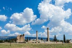 Świątynia Olimpijski Zeus na jaskrawym pogodnym i pięknym niebie chmurnieje, Ateny Fotografia Royalty Free