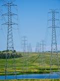 Wivenhoe动力火车输电线。 库存图片