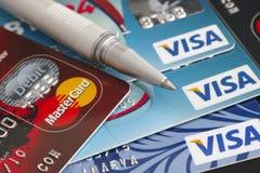 Wiza i Mastercard plastikowe karty Zdjęcie Royalty Free