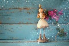 Wizerunek śliczny czarodziejski princess na drewnianym stole rocznik filtrujący z błyskotliwości narzutą Zdjęcia Stock
