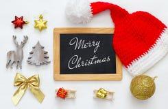 Wizerunek śliczny trykotowy Santa kapelusz, blackboard i zdjęcie stock