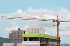 Wizerunek żółta basztowych żurawi budowa z niebieskim niebem, basztowy c Obrazy Royalty Free