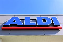 10/01/2017 wizerunek aldi supermarketa logo Luegde, Niemcy -/- Fotografia Royalty Free